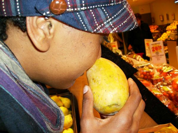 Hellen spends 10 minutes to find the perfect mango.